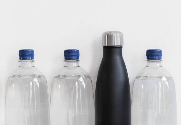 bottiglie di plastica e bottiglia riutilizzabile in acciaio inossidabile. - riutilizzabile foto e immagini stock