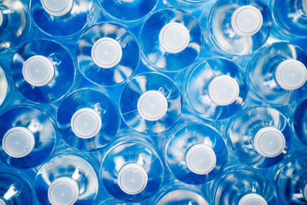 garrafas de plástico para reciclagem e economia de energia - sports water bottle - fotografias e filmes do acervo