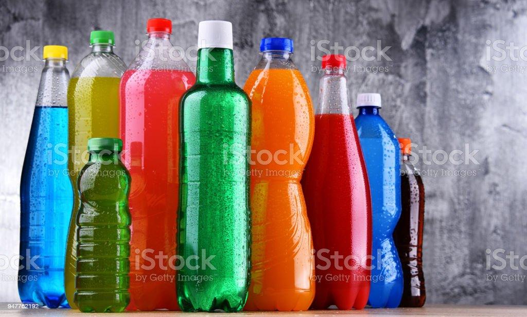 Kunststoff-Flaschen von sortierten kohlensäurehaltigen Erfrischungsgetränken – Foto