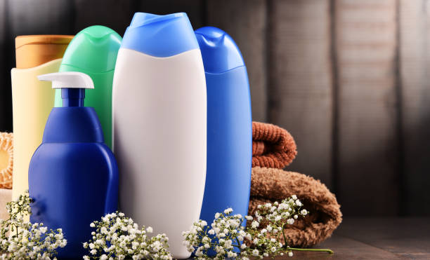 garrafas plásticas de cuidados com o corpo e produtos de beleza - shampoo - fotografias e filmes do acervo