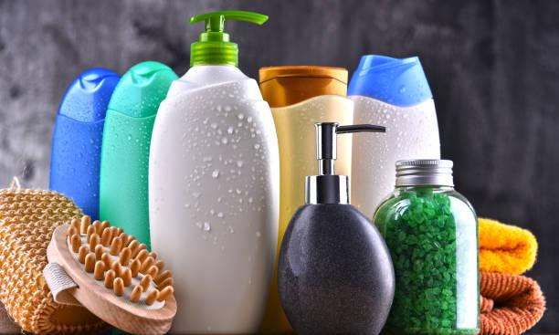 plastic bottles of body care and beauty products - prodotto per l'igiene personale foto e immagini stock