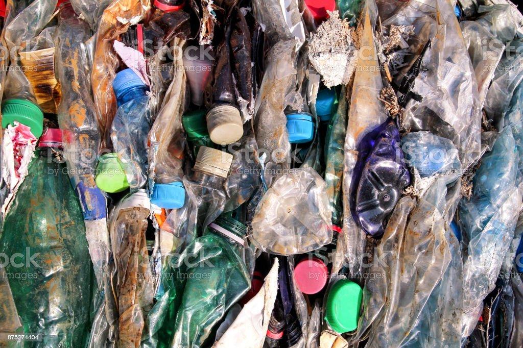 Garrafas de plástico na pilha, pronta para ser reciclado. Reciclagem de garrafas de plástico velhas. Pilha de garrafas de plástico de prontas embaladas e reciclagem. Indústria de reciclagem. Ecologia. Material reciclado. Consumo em massa. - foto de acervo