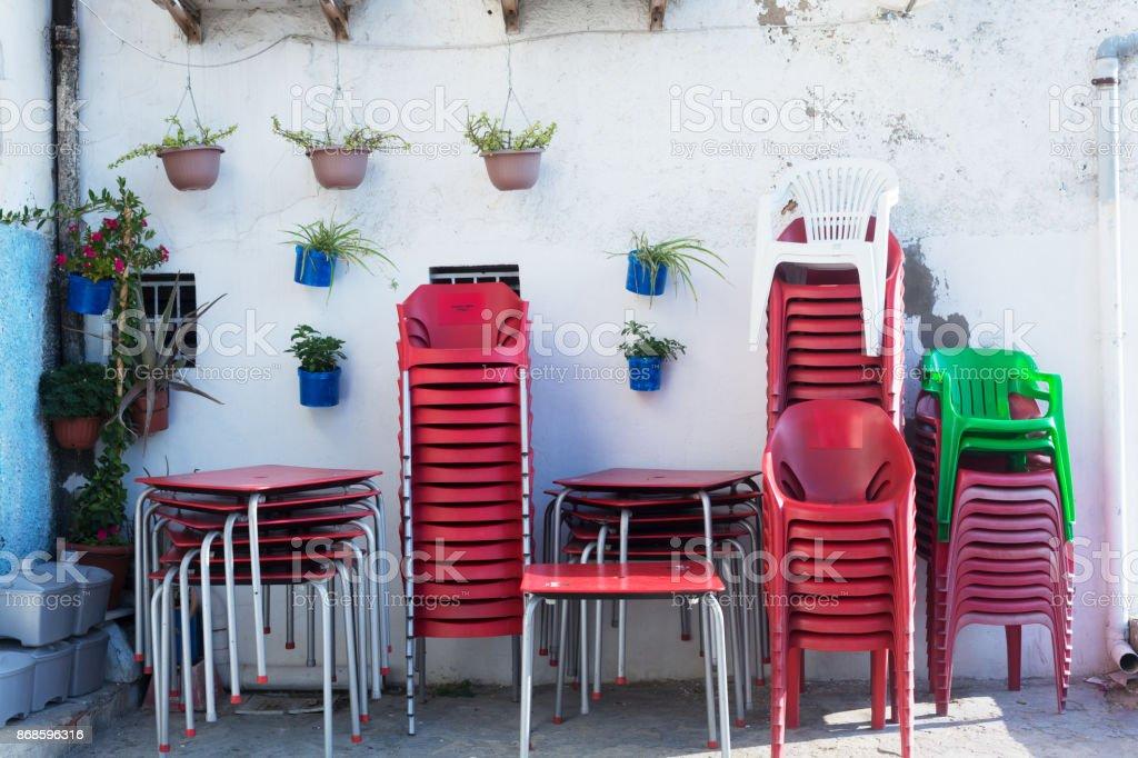 Plastikstuhle Auf Dem Hinterhof Des Cafe Stockfoto Und Mehr