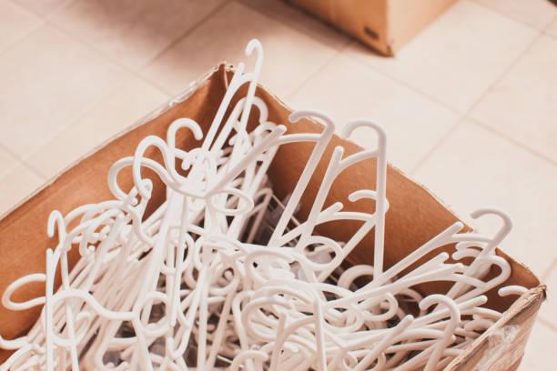 plastikkleiderbügel - bügelsysteme stock-fotos und bilder