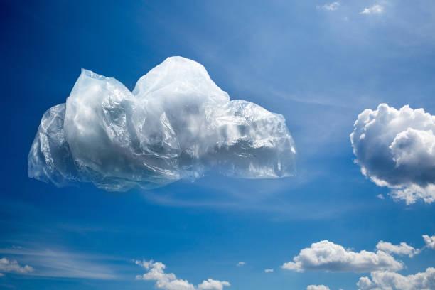kunststoff wolke am blauen himmel. das problem der verschmutzung des begriffs planet - windbeutel stock-fotos und bilder