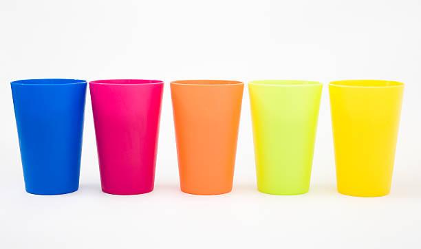 plastikbecher - farbiges glas stock-fotos und bilder