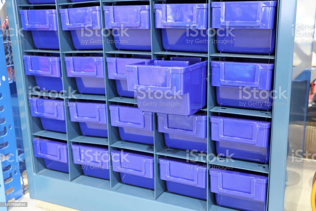 Gaveta de plástico para manter as peças - foto de acervo