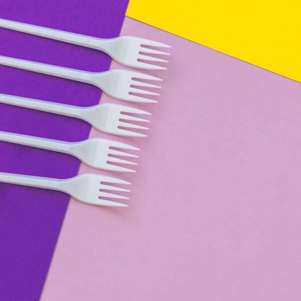 kunststoff-gabeln auf papiertexturen. - küche lila stock-fotos und bilder
