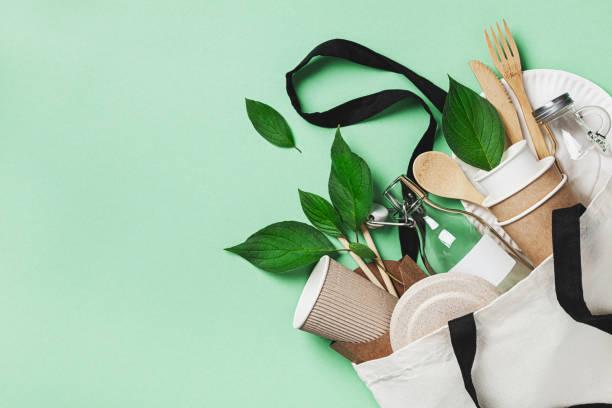 set plastic free con sacchetto di cotone eco, barattolo di vetro, foglie verdi e vista dall'alto delle stoviglie riciclate. zero sprechi, concetto ecologico. lay piatto. - flat lay foto e immagini stock