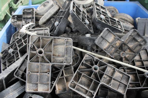Poubelles en plastique jetées et empilées - Photo