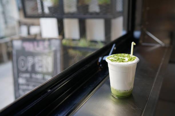 ein kunststoff glas eistee grünen-tee latte. - grüner tee koffein stock-fotos und bilder