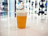 クリームチーズフォームの層とアイスウーロン茶 (また、wulong または呉と呼ばれる) のプラスチックガラス。