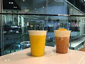 クリーム チーズの泡、伝統的な中国の飲料の層とアイスウーロン茶 (また呼ばれる wulong か呉長) のプラスチック ガラス。