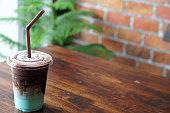 さわやかなアイス チョコレート プラスチック ガラス木製のテーブルにパステル ペパーミントと混合されます。