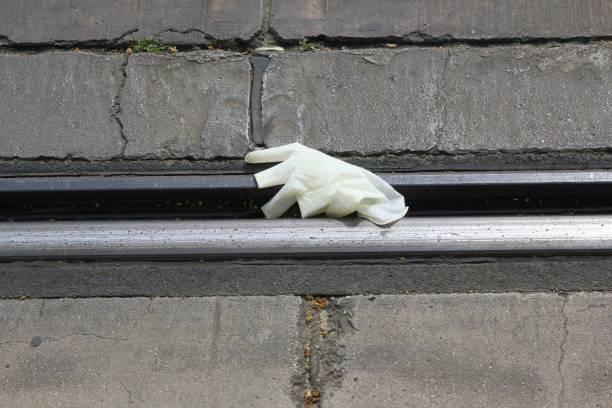 Un gant en plastique jeté sur le sol - Photo