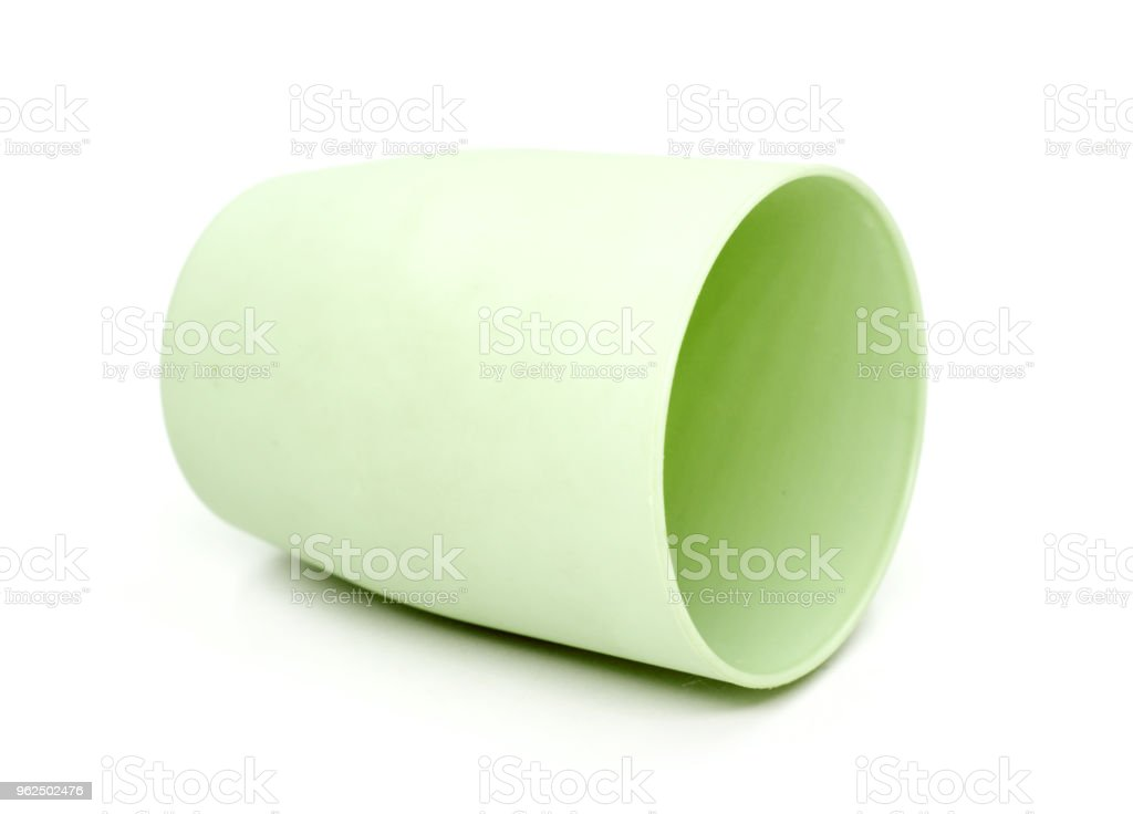Copo verde redondo plástico isolado no fundo branco - Foto de stock de Ateliê royalty-free