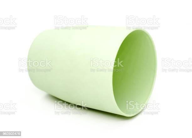 Foto de Copo Verde Redondo Plástico Isolado No Fundo Branco e mais fotos de stock de Ateliê