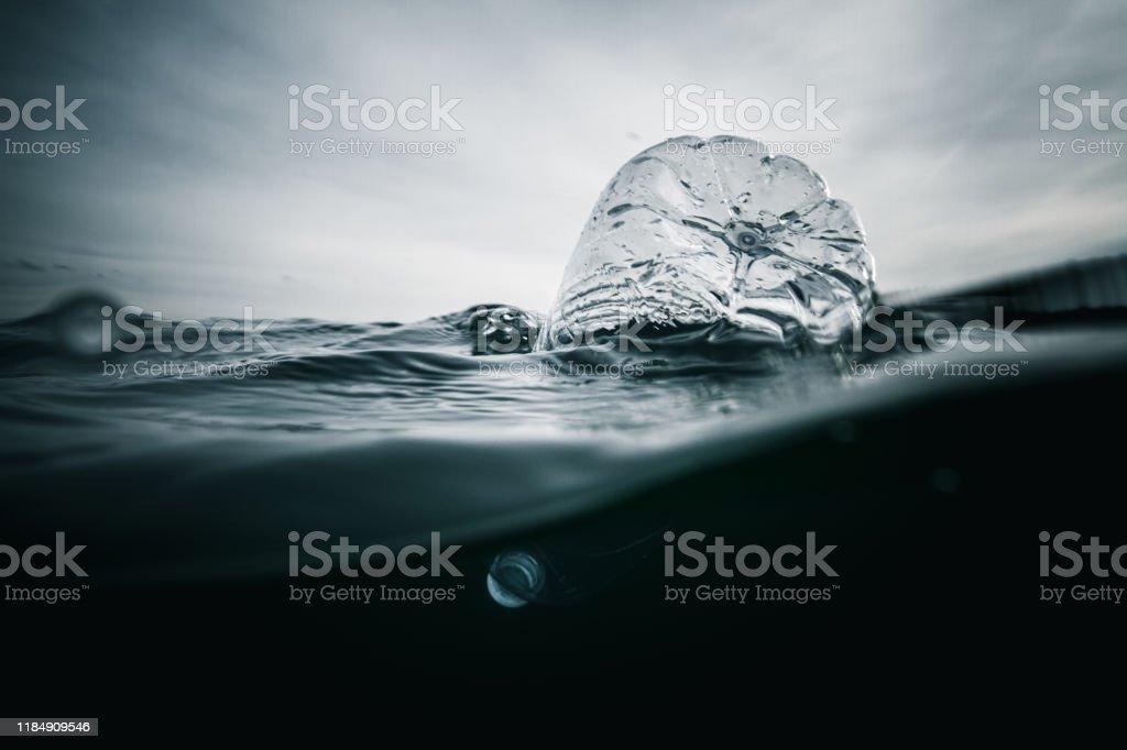 Plástico en el océano - Foto de stock de Agua libre de derechos