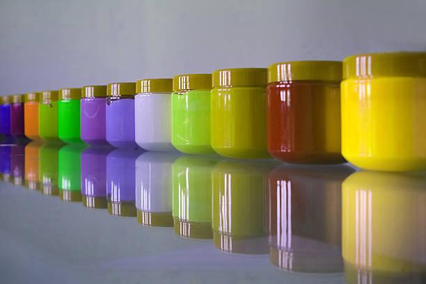 kunststoff-krüge aus acryl bestellt in line - kunststoff behälter bemalen streichen stock-fotos und bilder