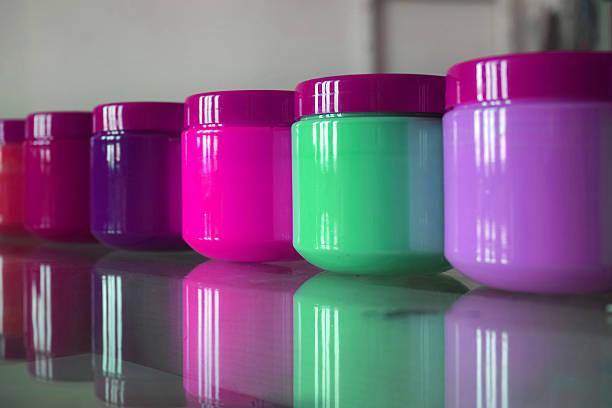 acryl-kunststoff, gläser mit lila und grün-tönen - kunststoff behälter bemalen streichen stock-fotos und bilder