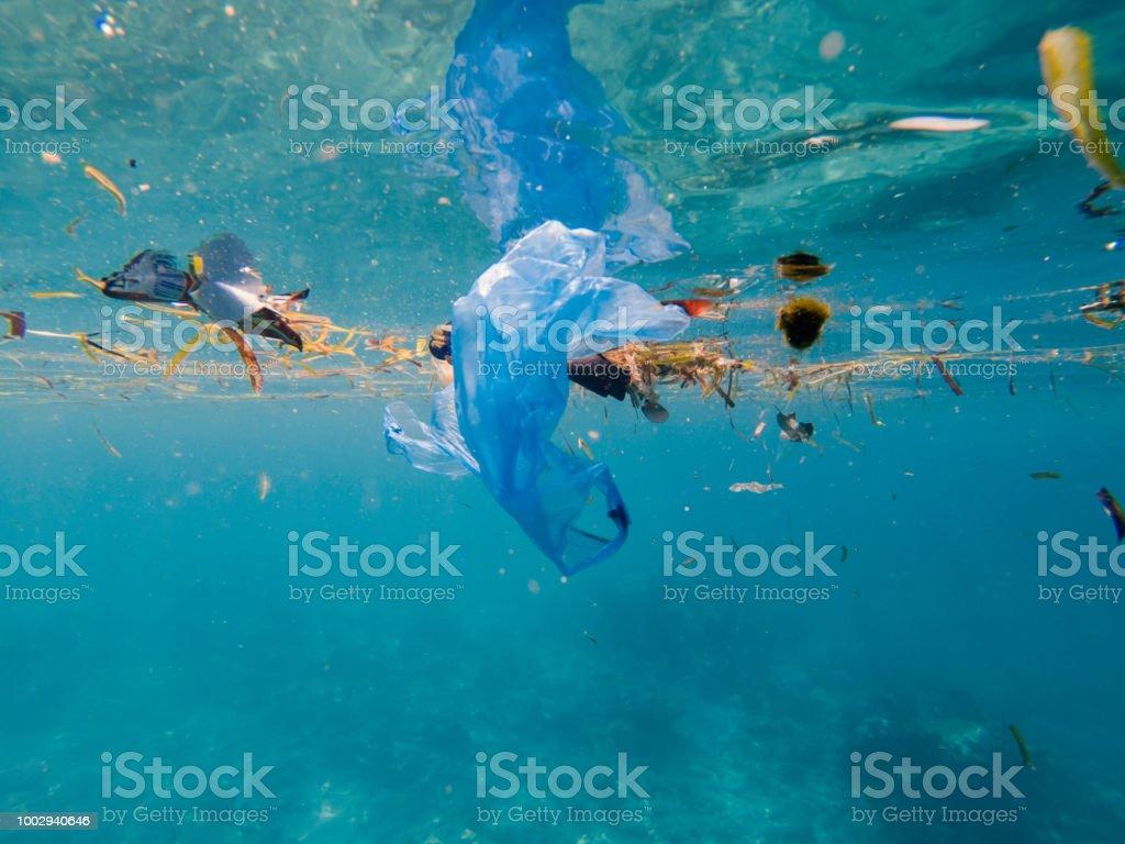 Pollution en plastique au milieu marin photo libre de droits
