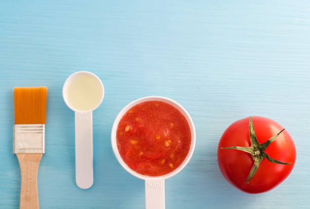 kunststoff-kugeln mit tomatenmark und olivenöl. zutaten für die zubereitung von hausgemachten gesichtsmaske. diy kosmetik rezept. ansicht von oben, raum zu kopieren. - gesicht make up anleitungen stock-fotos und bilder
