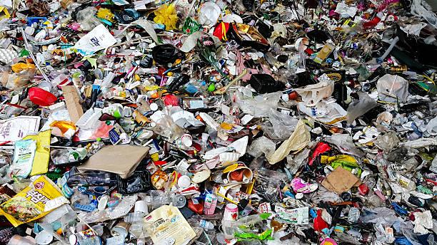 centre de recyclage de déchets de plastique - détritus photos et images de collection
