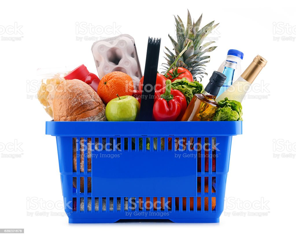Plastic shopping basket with assorted grocery products – Foto
