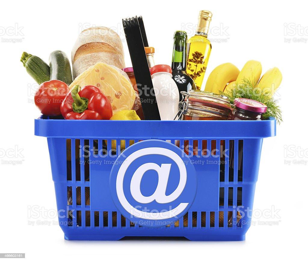 Kunststoff Warenkorb mit verschiedenen Lebensmittel Produkte – Foto