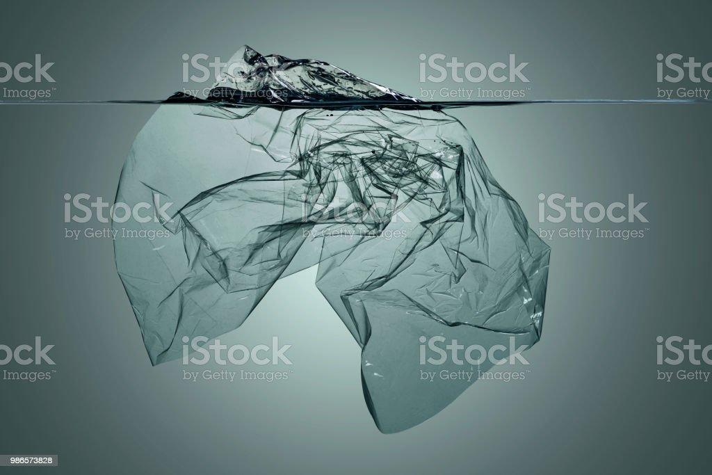 Plastiksuppe, Verschmutzung, die in Wasser schwimmt. – Foto