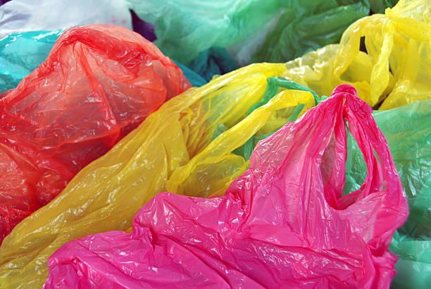 la séparation des déchets de plastique - sac en plastique photos et images de collection