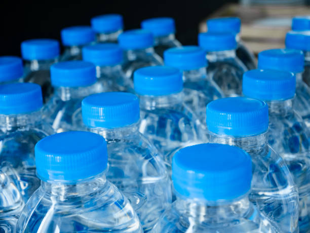 Tapas de botella de agua plástica producto de bebida - foto de stock