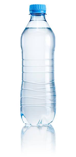 Botella de plástico de agua potable aislado sobre fondo blanco - foto de stock