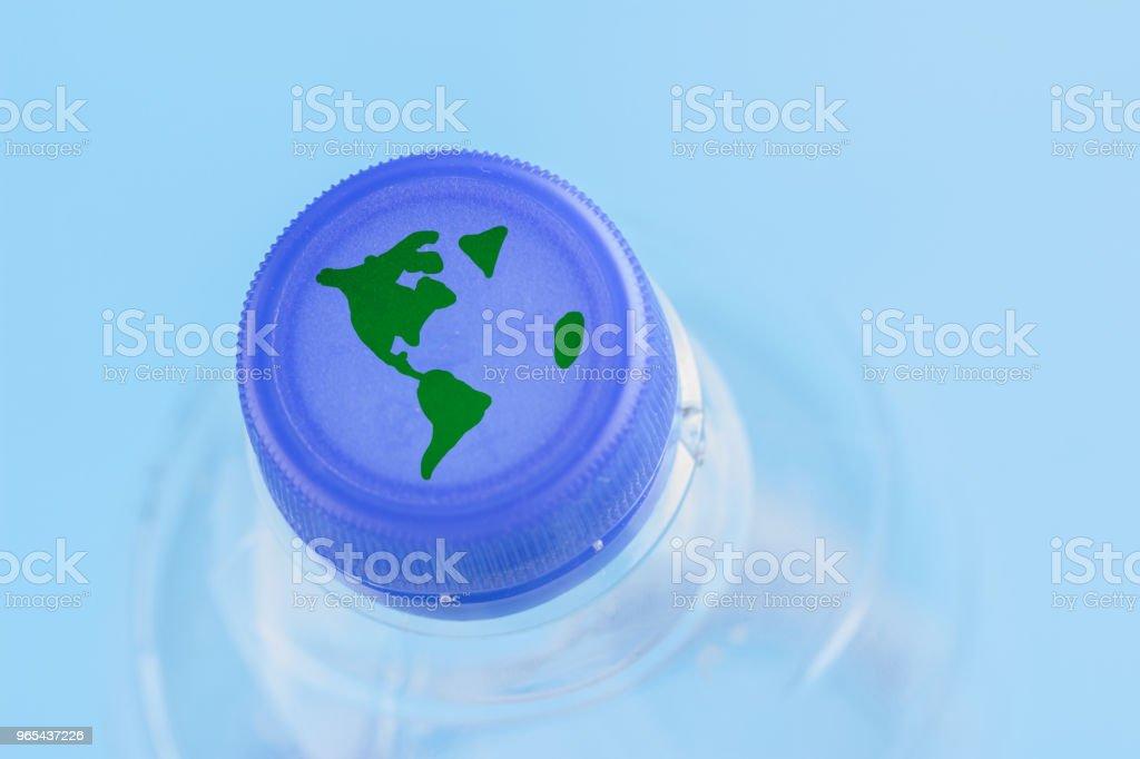 Plastic water bottle with oversized earth zbiór zdjęć royalty-free