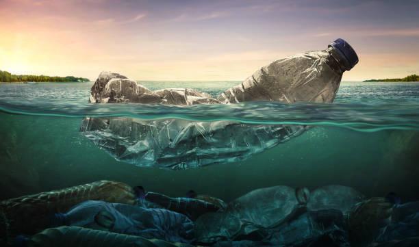 Plastikwasserflaschen Verschmutzung im Ozean (Umwelt-Konzept) – Foto