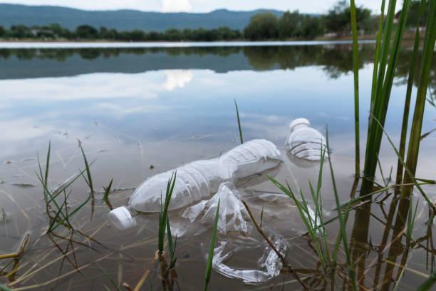 Plastikwasserflaschen Verschmutzung im Fluss. Plastikmüll im Wasser. Umweltverschmutzungskonzept. – Foto