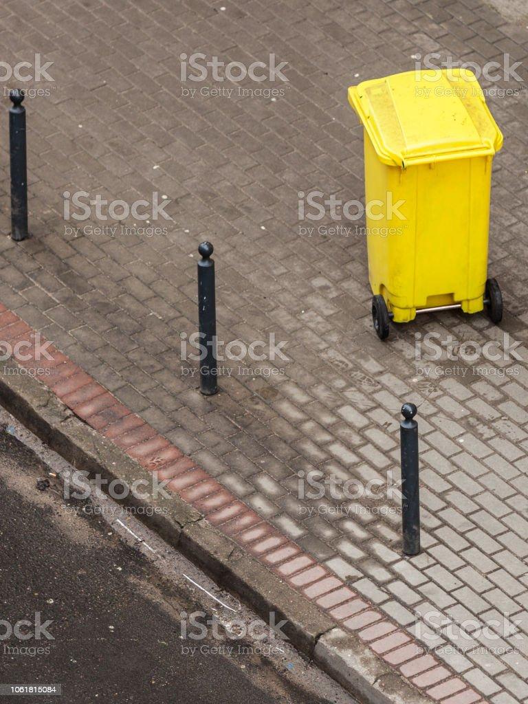 Photo Libre De Droit De Bac En Plastique De Wheely Dans La Rue A Lexterieur Banque D Images Et Plus D Images Libres De Droit De Boite En Fer Blanc Istock