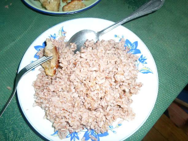 Plat de riz rouge Un plat de riz rouge à accompagner avec de la viande de porc. riz stock pictures, royalty-free photos & images