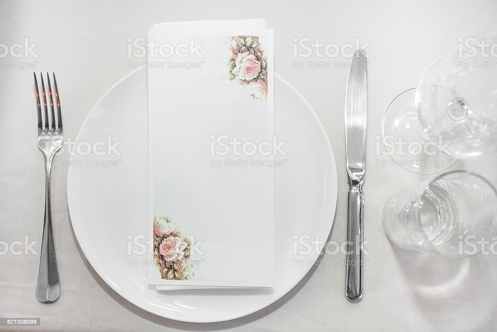 plate and Cutlery on the table in restaurant Lizenzfreies stock-foto