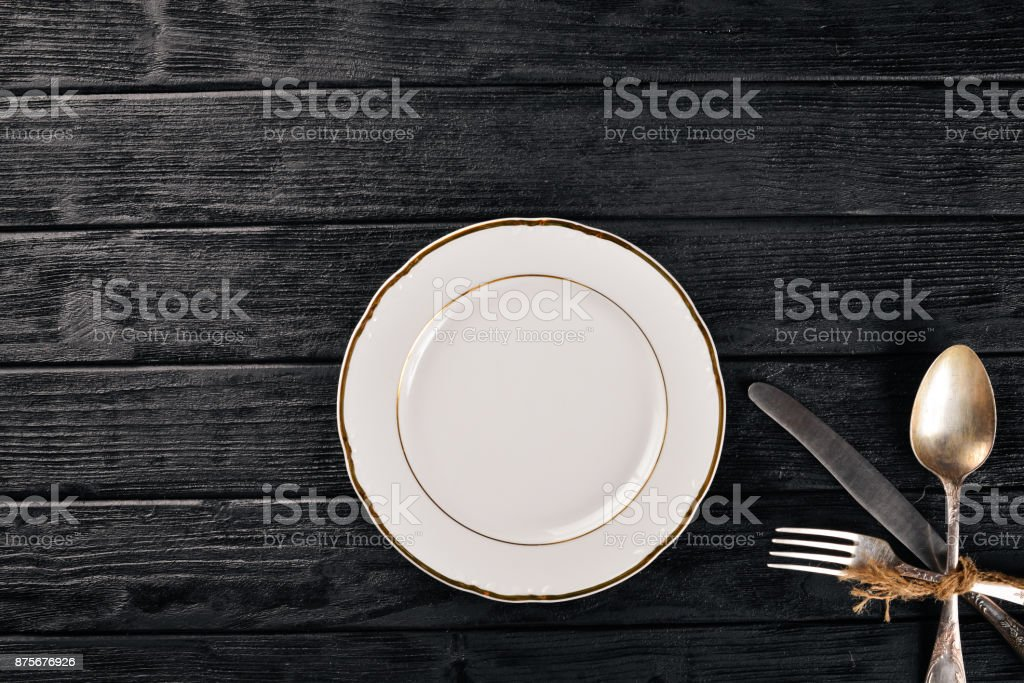 Platte Und Altes Besteck Auf Einem Holzernen Hintergrund Ansicht Von Oben Freiraum Fur Text Stockfoto Und Mehr Bilder Von Alt Istock