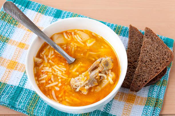 plate of chicken soup with pasta for dinner - borschtsch rezept stock-fotos und bilder