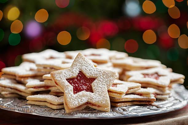 teller weihnachten kekse in lights - aufstrich weihnachten stock-fotos und bilder