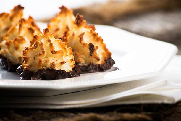 prato de coco, macaroons de chocolate - macaroon - fotografias e filmes do acervo