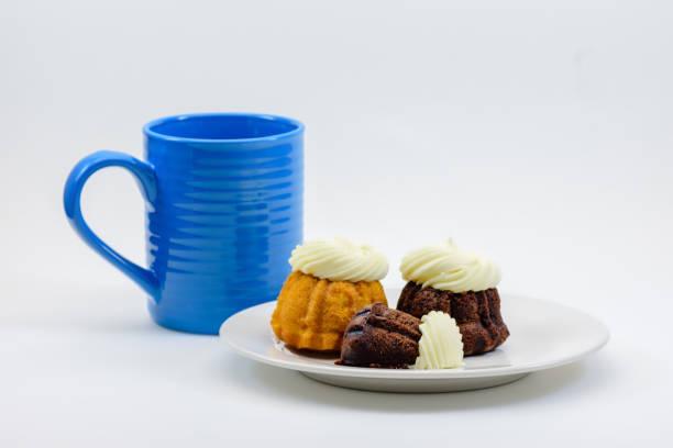 teller mit muffins und kaffee - heiße schokoladen cupcakes stock-fotos und bilder