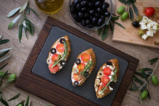 신선한 야채와 함께 나무 테이블에 맛 있는 브루 쉐 타 플레이트 0명에 대한 스톡 사진 및 기타 이미지