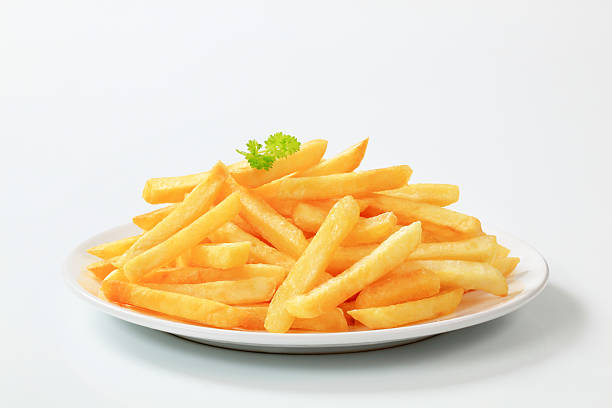 plate of delicious looking french fries - patat stockfoto's en -beelden