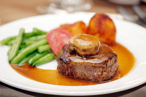 プレート料理の肉ポテトサヤマメのグレービーがけのディナー - フランス料理 ストックフォトと画像