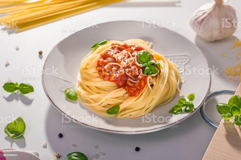 Recentemente preparada espaguete bolonhesa com molho de tomate, manjericão e queijo pronto para ser servido - foto de acervo
