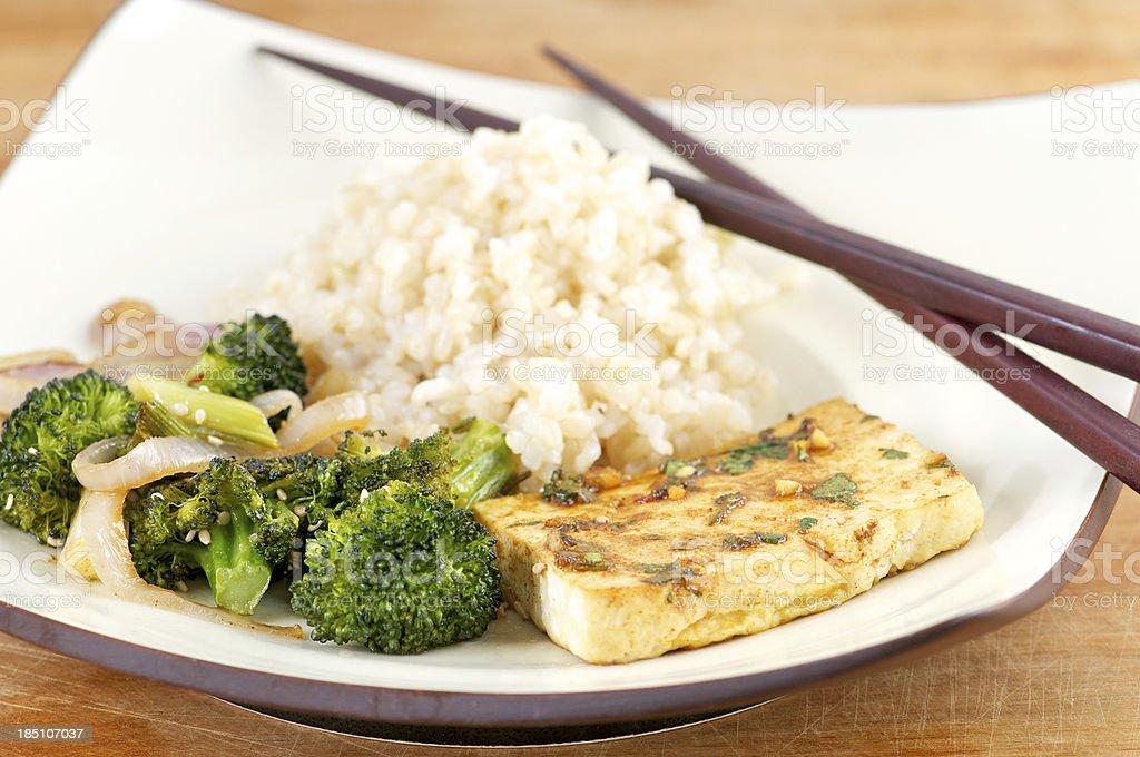 Plato de carnes marinadas Tofu arroz con verduras y palillos chinos - foto de stock