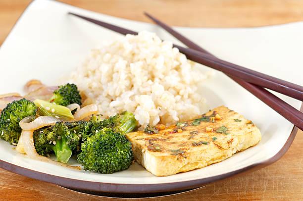 tofu teller mit mariniertem gemüse und reis mit stäbchen - mariniertes tofu stock-fotos und bilder